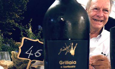 Mario Guelfi a cena al Garden sembra nascondersi dietro a una bottiglia del suo Vermentino