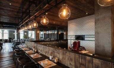 The fascinating interior of restaurant Mercato, inside the Three on the Bund in Shanghai, China. This restaurant serving fusion cuisine inspired by Italian recipes was born thanks to the idea of Alsatian chef Jean-Georges Vongerichten, who put the very young Korean chef Sandy Yoon in charge (photo smartshanghai)