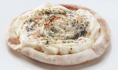 Il Merluzzo all'affumicatura di pigna, patata schiacciata, condimento alla pizzaiola di Pino Cuttaia. Lo chef de La Madia di Licata (Agrigento) cucinerà a Identità Expoda mercoledì 17 a domenica 21 giugno (a pranzo e cena). Quattroportate a 75 euro vini inclusi, prenotazioni expo@magentabureau.it oppure al telefono +39.02.62012701(foto Brambilla/Serrani)