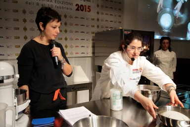 """Francesca Morandin sul palco. Sta studiando come ottenere lievitati di qualità gluten free, ha raccontato la """"sua"""" colazione con pane senza glutine a lievito madre"""