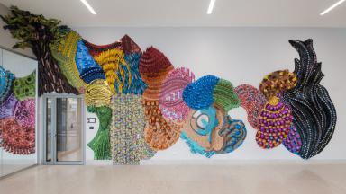 L'installazione di Lisa Hoke nell'headquarter (foto Andrea Guermani)