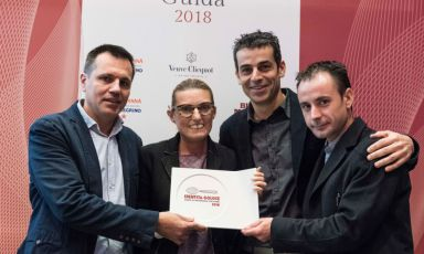 Oriol Castro, Mateu Casañas and Eduard Xatruch of Disfrutar – Barcelona. Peirone, Top Gastronomy Manager at Gruppo Lavazza hands them the Best Foreign Chef of the year award assigned by Guida di Identità Golose 2018