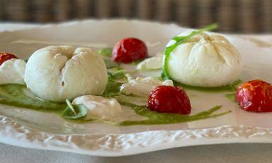 Panini di seppia ai frutti di mare con crema di piselli, burrata e pomodorini: il piatto della rinascita di Deborah Corsi