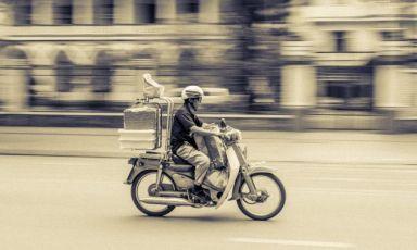 Breve storia del delivery del cibo. Un fenomeno nuovo, eppure vecchio, raccontato da Davide Rampello