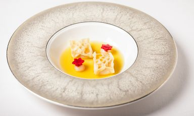 Ravioli di gamberi… Rosa: il piatto della rinascita di Domenico Stile, chef dell'Enoteca La Torre di Roma, presso l'hotel Villa Laetitia. Tutte le foto sono di Aromi.group