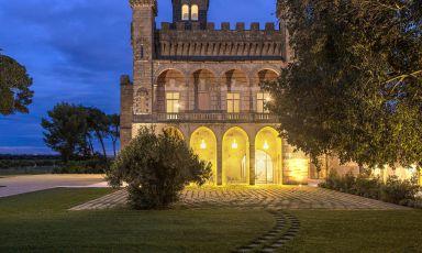 Un'immagine nottura del Vinilia Wine Resort a