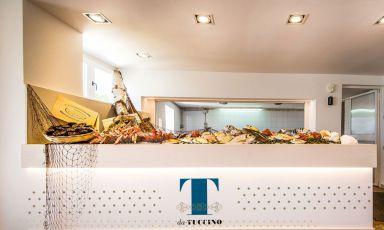 Il bancone del pesce è il simbolo più significativo del ristorante Da Tuccino di Polignano, luogo fondamentale per la gastronomia pugliese. Che ha annunciato la propria riapertura, dopo la pausa imposta dallaSclerosi laterale amiotrofica che ha paralizzato l'anima di questo locale, Pasquale Tuccino Centrone