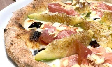 Una delle pizze stagionali di Officine Birrai, micro-birrificio e pizzeria (e non solo) situati nel cuore di Lecce: fichi fioroni, prosciutto crudo, mandorle, riduzione di aceto locale e mozzarella