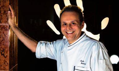 Nicola Portinari è il cuoco del ristorante di famiglia: La Peca, due stelle Michelin, da vent'anni indirizzo prestigioso e celebrato nel Vicentino, a Lonigo in particolare. Da mercoledì 9 a domenica 13 settembre, a pranzo e a cena, firmerà il menu di Identità Expo S.Pellegrino: per prenotarsi (il costo è di 75 euro per quattro portate vini compresi) è possibile scrivere una mail a expo@magentabureau.it oppure telefonare al +39 02 62012701