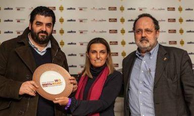 Antonino Cannavacciuolo, chef di Villa Crespi sul Lago D'Orta in Piemonte, premiato da Sara Peirone, Responsabile Top Gastronomy di Lavazza: è suo il premio Tipicità Italiana in Cucina.