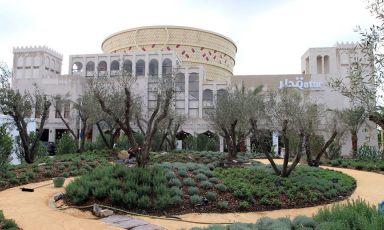 Il Padiglione del Qatar si estende su una superficie di 2.450 metri quadrati e contiene diversi richiami alla tradizione del paese, dal grandissimo cesto al centro alla forma a souk in cui è organizzato lo spazio espositivo