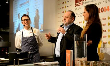Pizza-researcher Renato Bosco, here on the stage of the tenth edition of Identità Golose together with Paolo Marchi, a few weeks ago presented his idea for the creation of Figli di Pasta Madre, FDP: an association but also a quality mark to add to products prepared with mother yeast, such as those made in his Saporè in San Martino Buon Albergo (Verona)