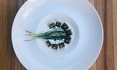 Sgombro alla brace, latticello di mandorle e agretti: la ricetta della primavera di Pierpaolo Ferracuti