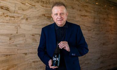 Richard Geoffroy, per 28 anni chef de cave della maison di Epernay, la Dom Pérignon, posa con una bottiglia del suo sakè Iwa 5 nello scatto di Simona Bruna