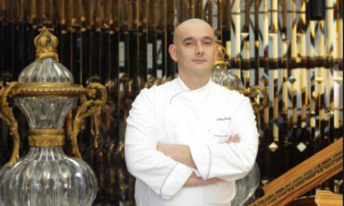 "Francky Semblat, dalla primavera scorsa executive chef di Joël Robuchon all'Atelier, ristorante appena gratificato con due stelle Michelin dalla prima edizione della Rossa di Shanghai. ""Faccio quello che il maestro richiede"", racconta al nostro Claudio Grillenzoni (foto hk.on.cc)"