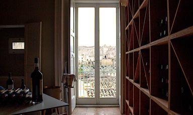 Matera sullo sfondo dalla sala di Dimora Ulmo, uno