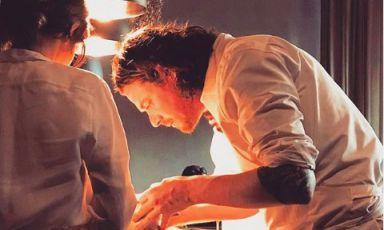 Kobe Desramaults, cuoco belga, alla fine del 2016 ha chiuso il celebrato In de Wulf per aprire Chambre Séparée, un concetto di cucina neo-primordiale. Di spalle, la cuoca italiana Aurora Storari, in forze al ristorante di Gent da pochi mesi (foto instagram)