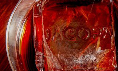"""Un cocktail del Jacopa con impresso il nome del locale sul cubetto di ghiaccio. Il locale trasteverino ha reagito all'emergenza Covid diversificando l'offerta e confermando ai fornelli il talento di Piero Drago, rimasto """"orfano"""" del collega Jacopo Ricci con il quale faceva tandem fino a qualche mese fa"""