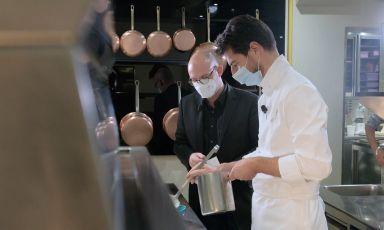 Massimiliano Alajmo in cucina a Le Calandre, sotto gli occhidi Carlo Passera, per la masterclass di Identità on the road nella quale ha presentato due piatti davvero affascinanti. Ve li raccontiamo
