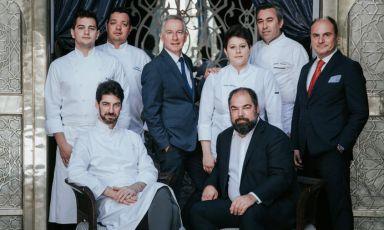 Lo staff del ristorante Sesamo del Royal Mansour di Marrakech, ultima apertura dei fratelli Alajmo. Da sinistra a destra:Mattia Barni (sous chef),Massimiliano Alajmo,Silvio Giavedoni (head chef diQuadri & Amo),Jean-Claude Messant (managing director),Vania Ghedini (chef),Raffaele Alajmo,JérômeVideau (executive chef), Piodaniele Chimetto (restaurant manager). Ne scrive sulla nostra guidaSara Porro