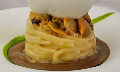 Ricette golose da fare a casa: Spaghetti con vongole veraci e crema di ceci neri