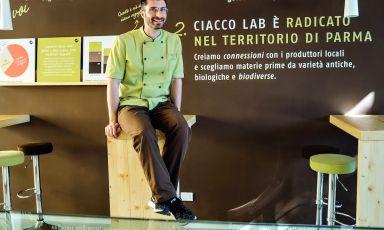 Stefano Guizzetti, bergamasco 36enne trapiantato a Parma dove, laureatosi in agraria nel 2012, si sta dedicando anima e corpo al mondo del gelato. Nel 2014 ha aperto Ciacco anche a Milano, in via Spadari accanto a Peck