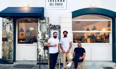 Foto ricordo al tramonto, a sinistra Alessandro Coppola, a destra suo fratello Pierluigi e al centro il loro sommelier Roberto Rizzo, anche chef a domicilio