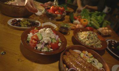 L'alimentazione cretese è un tripudio di vegetali, di erbe aromatiche, poca carne e tanti prodotti caseari, anche accompagnati dal miele, in chiave dolce. L'uso dell'olio è abbondante e questo è vero e proprio simbolo dell'isola di Cretae della sua dieta