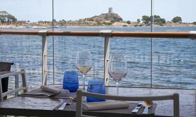 La splendida vista dai tavoli di Fradis Minoris, ristorante che sorge in mezzo alla Laguna di Pula. E' uno dei ristoranti selezionati dalla Guida di Identità Golose in Sardegna
