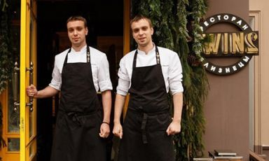 I gemelli russi Sergey e Ivan Berezutskiy, fondatori e chef del ristorante Twins di Mosca, arriveranno a Identità ExpoS.Pellegrino per due irripetibili cene. Lunedì 7 e martedì 8 settembre ci proporranno i sapori e le tecniche della nuova cucina russa.Per prenotarsi (il costo è di 75 euro per quattro portate vini compresi) bisogna mandare una mail a expo@magentabureau.it o telefonare al +39 02 62012701