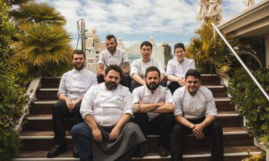 In prima fila a sinistra, Giuseppe Mancino, dal 2004 chef del ristorante Piccolo Principe, al quinto piano dell'hotel Principe di Piemontedi Viareggio (Lucca), condotto prima a una e poi a due stelle Michelin. La foto è di Andrea Moretti