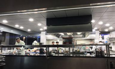 Fabrizio Ferrari al pass della cucina di Unico Mil