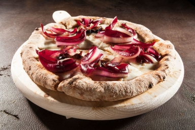Pizza congorgonzola, radicchio croccante e riduzione di prugna