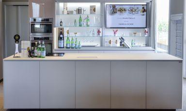 La cucina del piano superiore a Identità Expo è una New Logica System di Valcucine, prodotto di punta dell'azienda, di cui oggi raccontiamo la storia insieme all'amministratore delegato Stefano Core