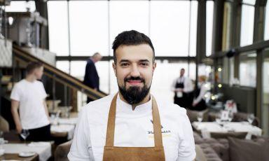 Vladimir Mukhin, chef del ristorante White Rabbit di Mosca, insegna al 23mo posto della World's 50Best 2015. E' lui il protagonista di 5 pranzi e 5 cene che,da mercoledì 23 a domenica 27 settembre, porteranno a Identità Expo la Nuova cucina russa. Il menu è di 75 euro vini inclusi, prenotazioni expo@magentabureau.it e +39.02.62012701. (nella foto di Brambilla/Serrani, lo chef sul palco di Identità Milano, il febbraio scorso)
