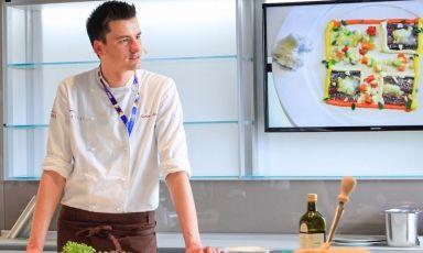 Enrico Panero è già stato ospite del nostro temporary restaurant a Expo, per aprire il ciclo di incontri dedicato ai giovani talenti della cucina italiana, Identità Giovani, lo scorso 5 maggio. Lunedì 20 e martedì 21 luglio sarà invece protagonista con la sua cucina, che proporrà in due imperdibili cene: per prenotarsi(il costo è di 75 euro per quattro portate vini compresi) bisogna mandare una mail a expo@magentabureau.it o telefonare al +39 02 62012701 (foto Brambilla / Serrani)