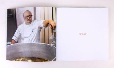 Lo chef Ciccio Sultano ritratto nelle pagine del suo Vademecum, la secondadelle sue pubblicazioni della serie dei Quaderni. Per acquistarla, a 30 euro, clicca qui. Tutte le foto sono di Giuseppe Bornò