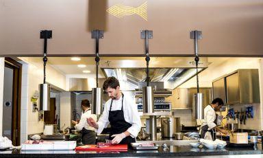 Lo chef e titolare di Impronta d'Acqua, Ivan Maniago,al centro della sua cucina a vista (foto di repertorio, pre-Covid)