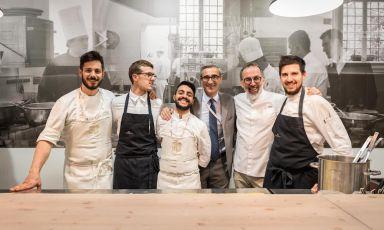 Terzo da destra, Riccardo Felicetti del pastificio Felicetti di Predazzo (Trento), con i ragazzi delle brigate di Norbert Niederkofler e Cracco Cracco, che hanno cucinato nel suo pop-up (foto Brambilla/Serrani)