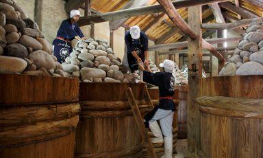 La lavorazione tradizionale del miso alla Maruya Haccho Miso: l'azienda esiste dal 1337, non aggiunge additivi. Soia e sale - ha spiegato a Milano il patron, Asai Nobutaro - vengono posti in queste botti di legno del diametro di 2 metri, alla sommità delle quali sono sistemate 400-500 pietre, per un totale di 3 tonnellate di peso. Poi si lascia fermentare per due anni. Questo tradizionale modo di preparazione è portato avanti da circa 50 artigiani