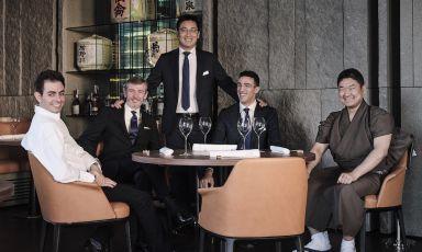 La squadradi Iyo Aalto, apertura al pubblico5 novembrein piazza Alvar Aalto, nel cuore di Porta Nuova, Milano. Da sinistra a destra: Domenico Zizzi (chef del ristorante gastronomico), Savio Bina (maître e sommelier), Claudio Liu (patron), Matteo Coltelli (secondo maître),Masashi Suzuki (chef sushi banco).Prenotazioni al telefono(+390225062888) o via emailbooking-aalto@iyo.it