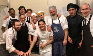 Lo staff di cucina del ristorante Ezzelino del Miramonti hotel di Frabosa Soprana (Cuneo). Dietro a tutti, a sinistra, il titolare Luca Defilippi, terza generazione di albergatori.Terzo da destra, lo chefAntonio Ietto, lecchese
