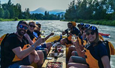 Degustazione di vini dopo session di rafting nel fiume. E' un escursione delle tante possibili nel Canton Vallese, regione sud-occidentale della Svizzera, al confine con Valdaosta e Piemonte
