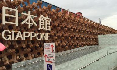 """Il Padiglione del Giappone, quasi all'estremità est di Expo, due livelli disegnati dall'architetto Atsushi Kitagawara: lo compongono 17mila pezzi di legno, incastrati in modo da lasciare filtrare tra gli spazi la luce naturale. Concepito per esaltare il concetto di """"diversità armoniosa"""", ospita ogni giorno una media di 8mila visitatori. L'obiettivo è arrivare per la fine dell'Esposizione a 2 milioni complessivi"""
