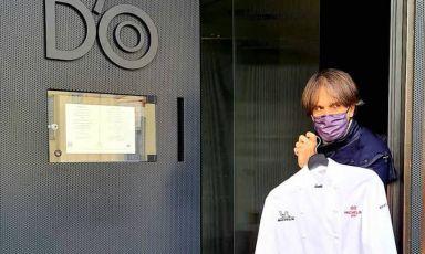 Davide Oldani davanti all'entrata del suo D'O a Cornaredo. In mano, la giacca con le due stelle Michelin conquistate qualche settimana fa