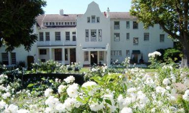 La facciata del Cellars Hoenort di Constantia in Sudafrica. All'interno, Greenhouse è uno dei ristoranti più acclamati del Paese, telefono+27.(0)21.7942137