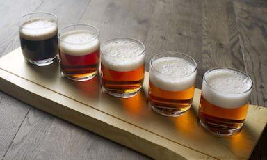 L'arcobaleno delle birre della Aegir Brewery, singolare birreria artigianale aFlåm, un fiordo a qualche centinaio di chilometri da Bergen, in Norvegia, inaugurata nel 2007, telefono+47.(0)57.632050.Dalla Witbier alla Ipa (India Pale Ale), dallaNatt Imperial Porter alla Bøyla Blond Ale fino alla Lynchburg Natt, che riposa per mesi nei barili di bourbon (fotoThor Brødreskift)