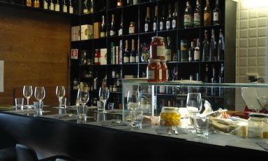 Il bancone di Bancovino, aperto da poco invia Pietro Borsieri 27 a Roma, telefono+39.06.87673864, unalunga superficie sulla quale appoggiarsi per scegliere una delle tante bottiglie di vino, in vendita come tanti altri prodotti. A cucinare piatti buoni e semplici, l'italo-argentino Adrian Venturi