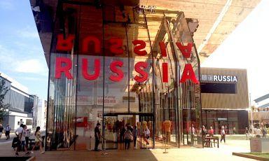 L'ingresso del padiglione della Federazione Russa a Expo. Il padiglione è centrato sulle grandi risorse alimentari del paese e sul ruolo storico dei grandi scienziatiMendeleev,Vavilov eVernadskij