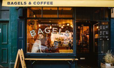 La vetrina e l'insegna di uno dei locali targati Bross Bagels a Edimburgo (tutte le foto sono di@schnappsphoto)